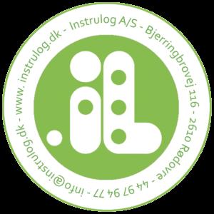 Instrulog logo - Dette logo har fået en opdatering og består af det velkendte lille i og store L som er skrevet i punkt i midten. Baggrunden er grøn. Rundt om logoet i en cirkel står vores kontaktinformationer, herunder adresse, website, telefonnummer og så videre.