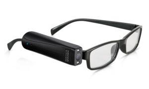 Billede af OrCam MyEye 2.0. Selve OrCam MyEye 2.0 er monteret på højre side af et brillestel.